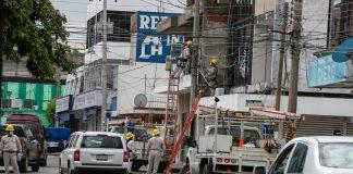 Cuadrillas de la CFE trabajan a marchas forzadas para el restablecimiento del servicio de energía eléctrica, luego de los estragos causados por el huracán Grace (Foto: Jorge Huerta E.)