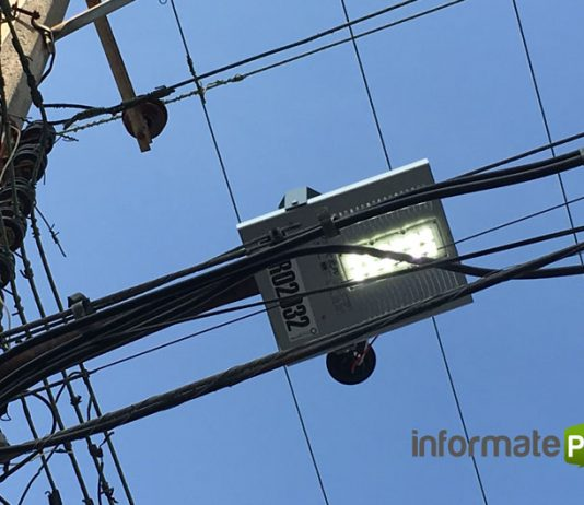 Muchas lámparas de NL Technologies se quedan encendidas durante el día, pues las fotoceldas son deficientes (Foto: Jorge Huerta E.)